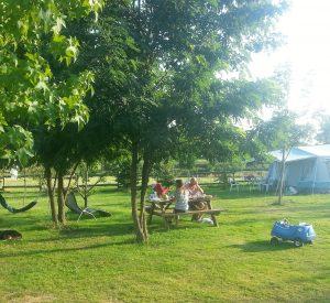 picknicktafel en bungalowtent 2