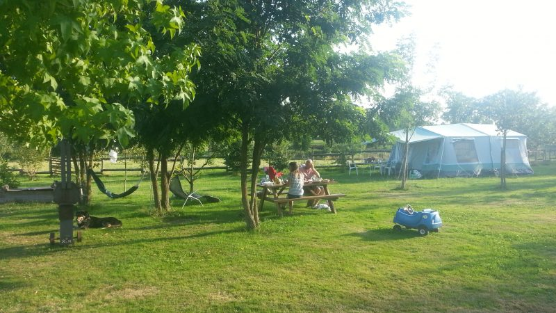 picknicktafel en bungalowtent